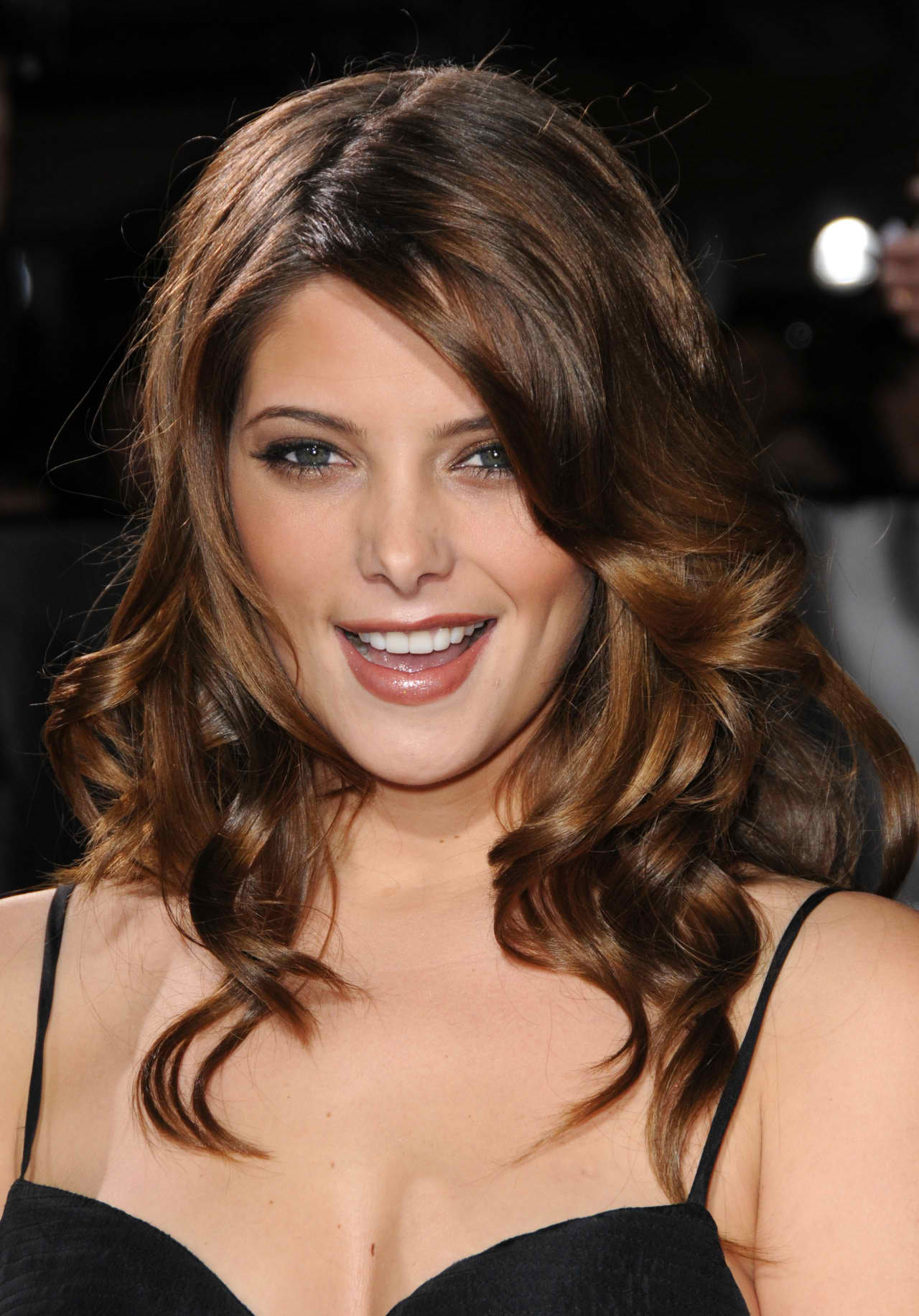 Ashley-Greene-long-wavy-hairstyle